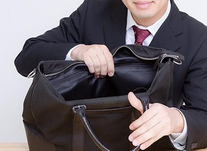 カバンを持つスーツ姿の男性