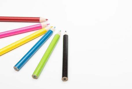 様々な色の鉛筆